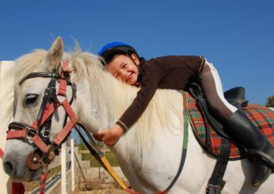 Fillette et son poney shetland